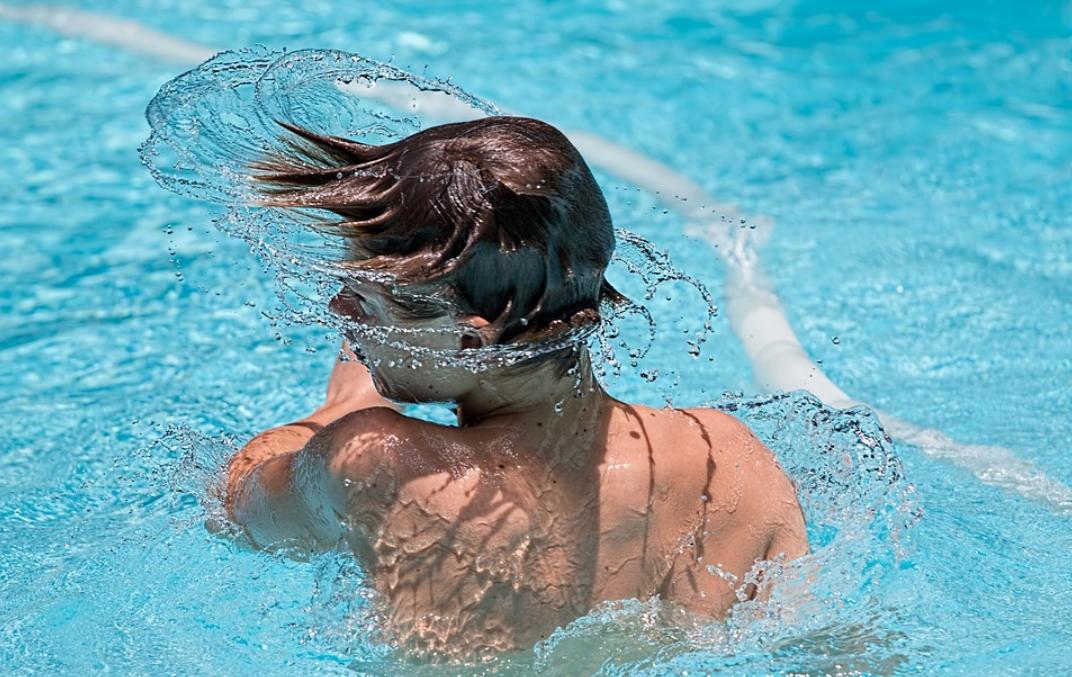 chlapec a bazé