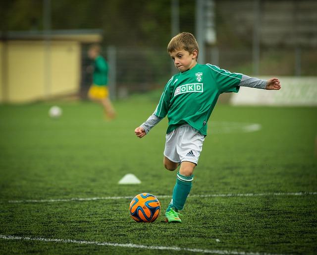 výkop fotbalisty