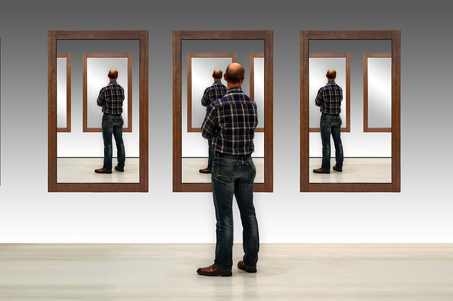 Člověk před zrcadlem