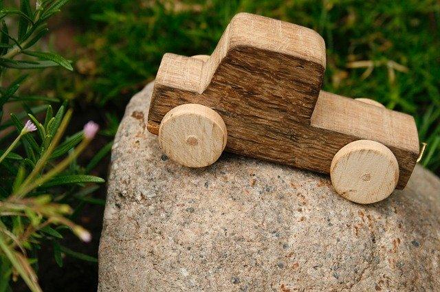 dřevěné autíčko na kameni.jpg