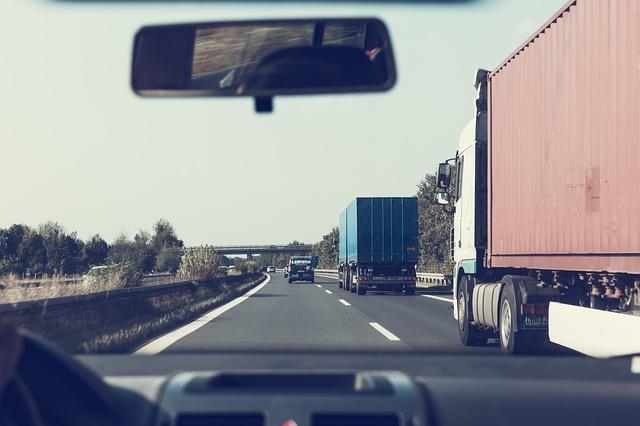 kamiony na dálnici kontejnery